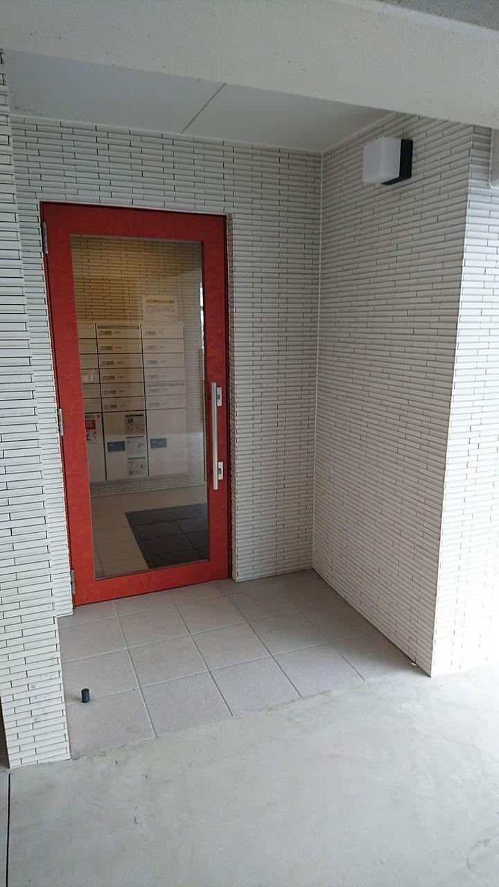 赤の大きな扉が特徴的