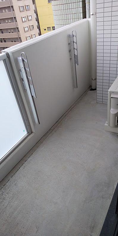 広めのバルコニーは開放的です。洗濯干しも可能です。