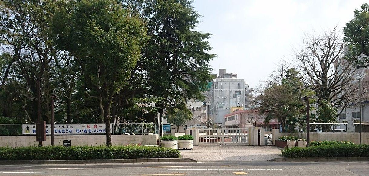 向田邦子氏・林芙美子氏の母校としても有名。