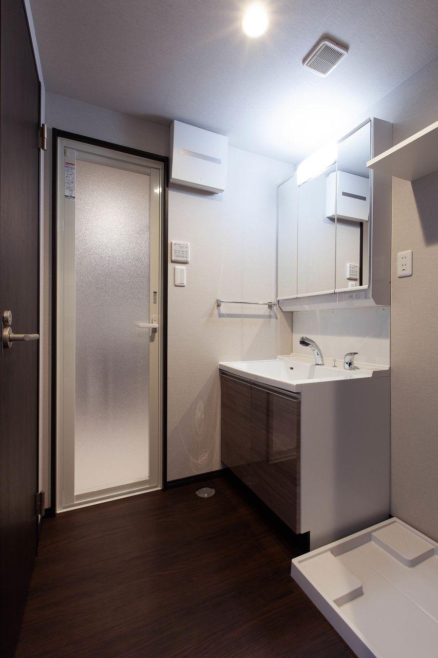 広めの洗面脱衣所。ちょっとした棚が便利です。