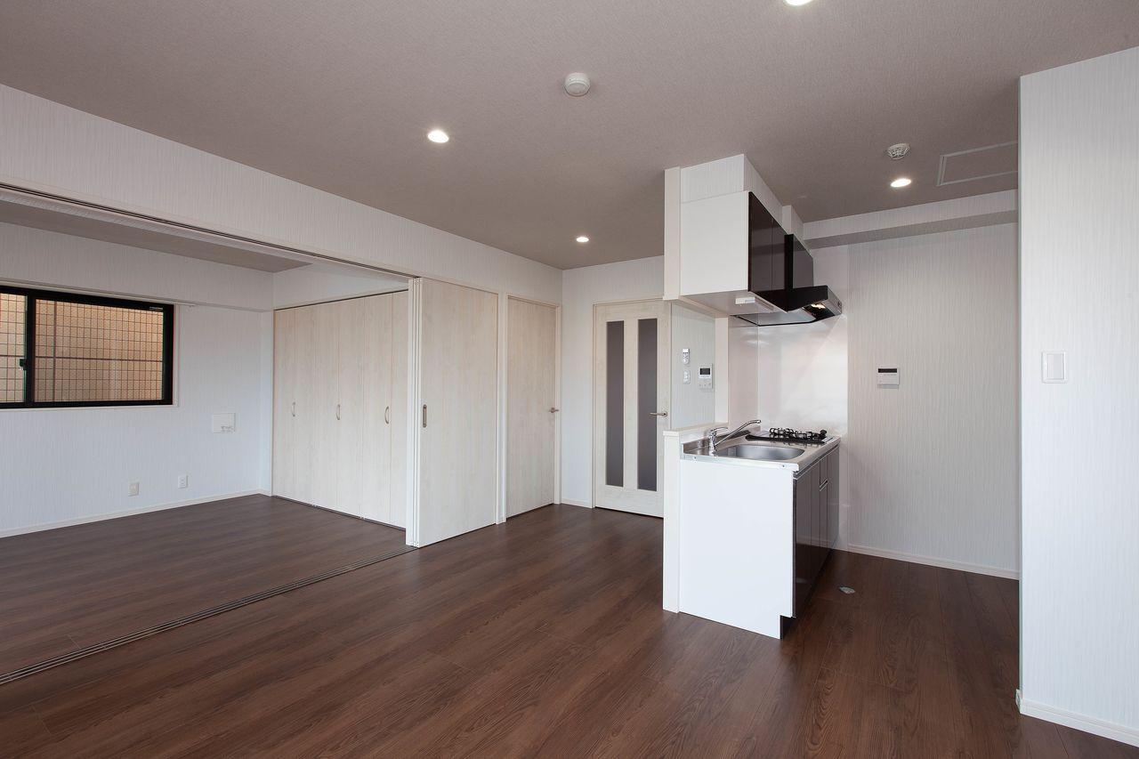 ダークな床に映える白の建具調。高級感をアピール。