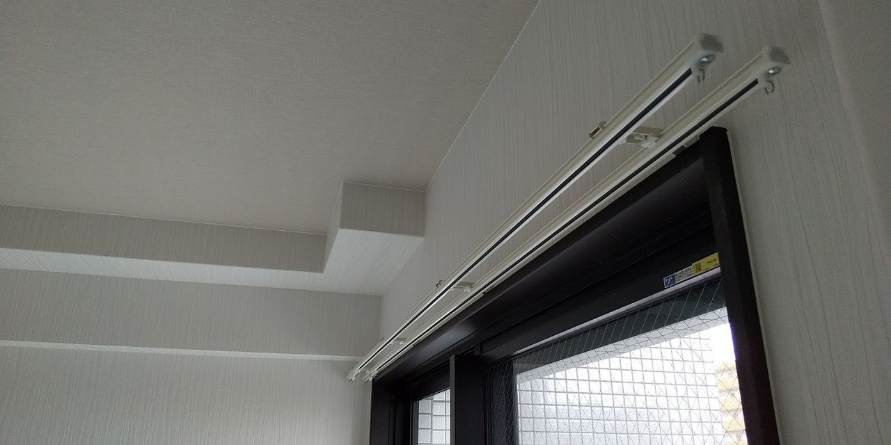 全部の窓にカーテンレールが設置されています