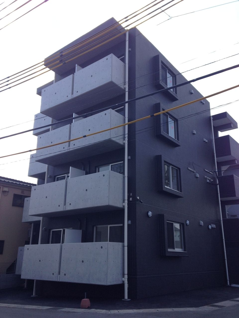 外観は総タイル張り。コンクリート打ちっぱなしも採用した格調高い仕様です