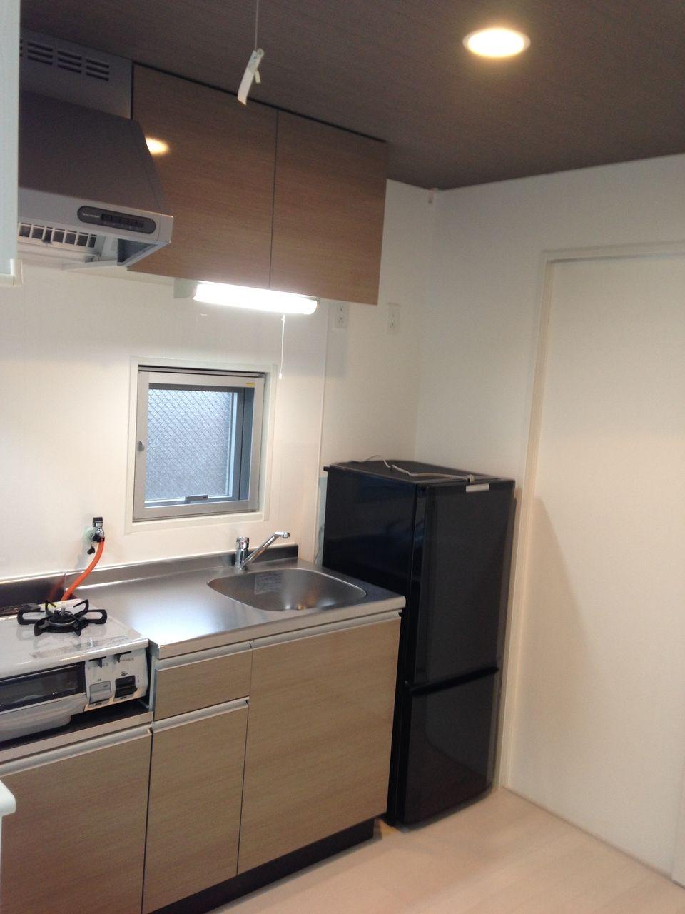システムキッチンに2ドア冷蔵庫(シャープ製)ガステーブル(グリル付)設置です。