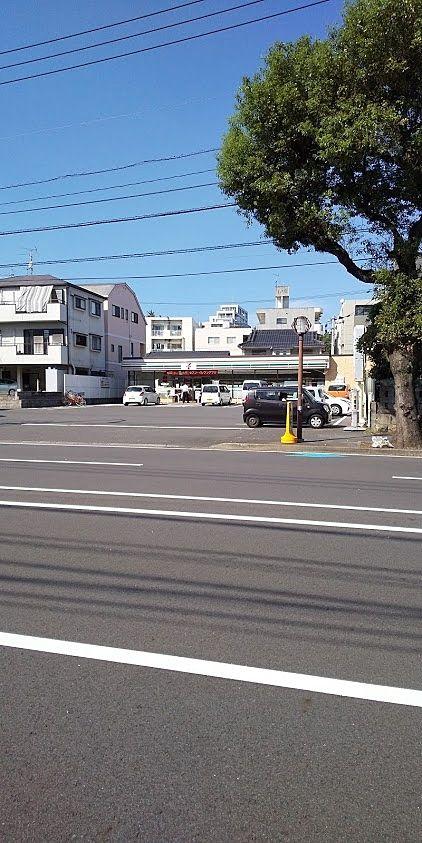 テナント反対側はセブンイレブン騎射場店
