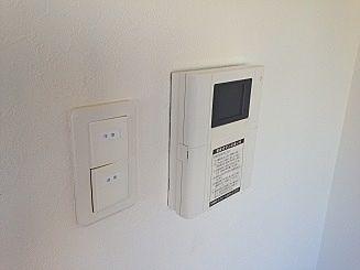 不審者の侵入を未然に防ぐTVモニター付インターホンです