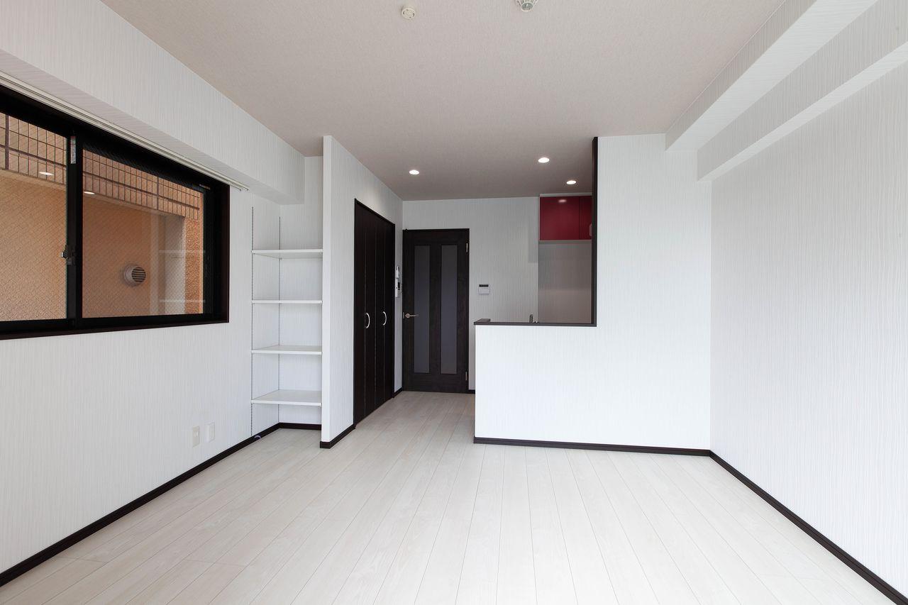 白を基調したお部屋にダークな建具を採用