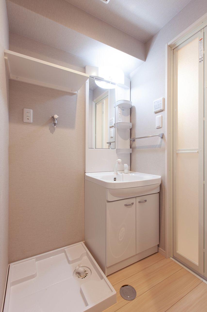 洗濯置場の上にはうれしい棚を設置