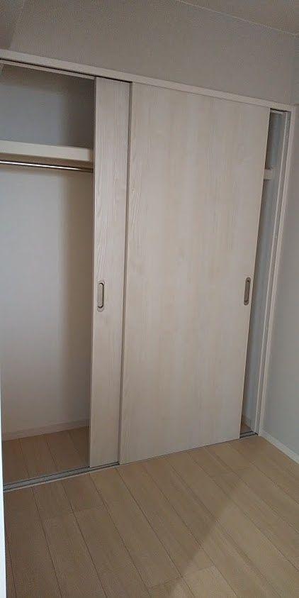 ベッドも置けるようにクローゼットは引戸にを採用
