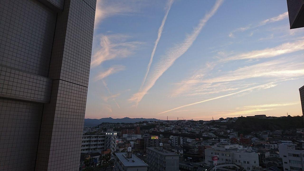夕焼けに映える飛行機雲おもわず見上げてしまいます